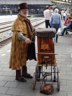 Barrel organ in old dutch costume www.olddutchentertainment.nl