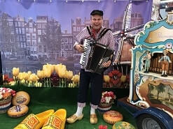 Accordeonist Holland in een Notendop huren www.oudhollandsentertainment.nl