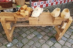 Wooden Shoe making demonstration www.olddutchentertainment.nl